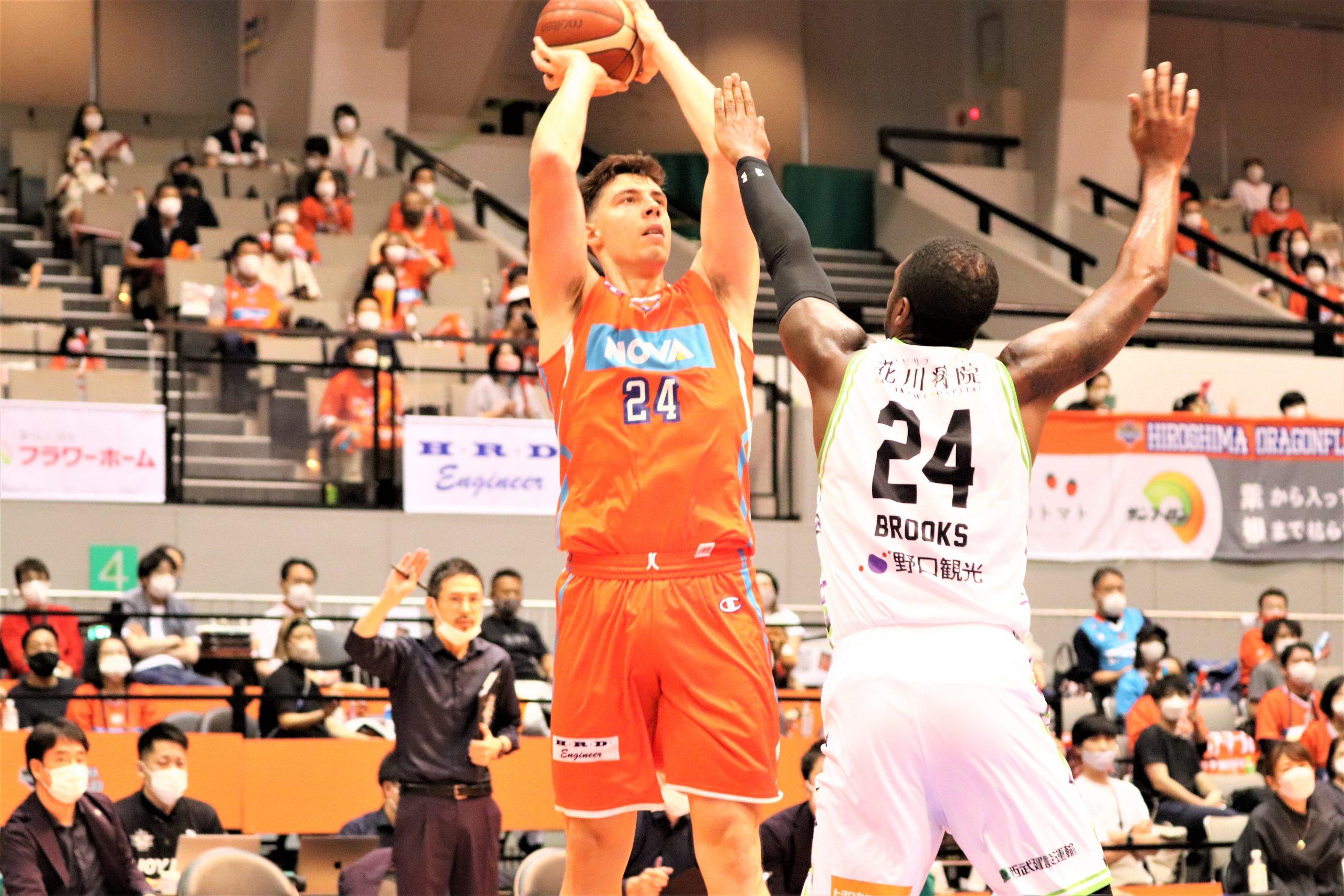 24得点を記録した広島ドラゴンフライズのニック・メイヨ(左)©Basketball News 2for1